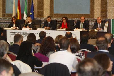 La delegada de Igualdad, en el centro, durante la mesa inaugural del curso