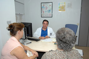 El doctor Ochoa atiende a una paciente en su consulta