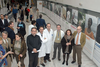 María Isabel Baena durante la inauguración de la exposición junto a dermatólogos, representantes de Acción Psoriasis y de Pfizer.