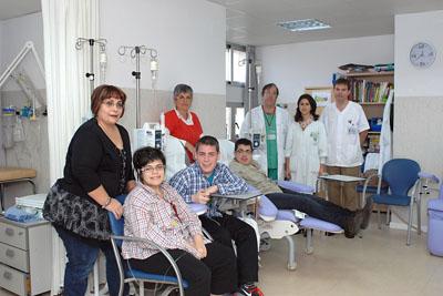 Pacientes con enfermedades raras tratados en el Hospital Reina Sofía, acompañados de familiares y, al fonfo, pediatras