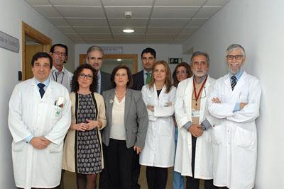 Responsables sanitarios en su visita a las nuevas instalaciones para ensayos clínicos