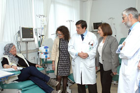 La consejera de Igualdad, en el centro, junto a otros responsables y paciente en su visita l
