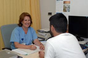 Isabel Menéndez atiende a un paciente en la consulta de ostomías