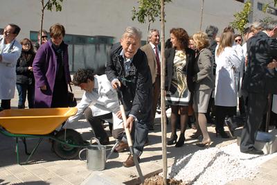 El oftalmólogo José María Gallardo también quiso colaborar en la plantación del naranjo