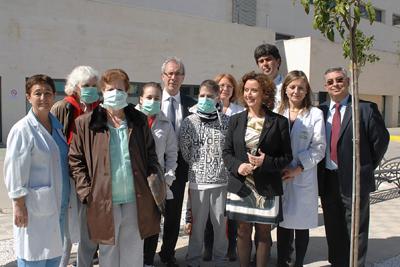 Responsables sanitarios y profesionales junto a trasplantados de pulmón