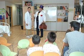 Una actividad de magia anima el primer día de cole de los niños ingresados