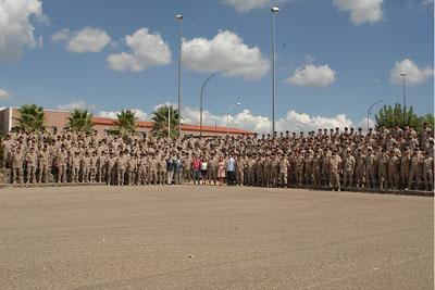 Los militares muestran su tarjeta de donante