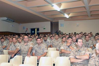 Militares que asisten a unos de los talleres