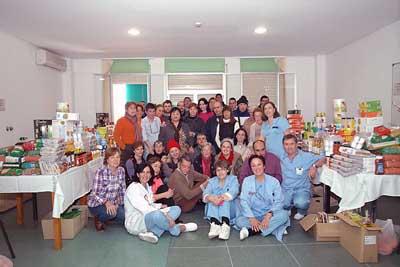 Pacientes y profesionales muestran los alimentos recaudados