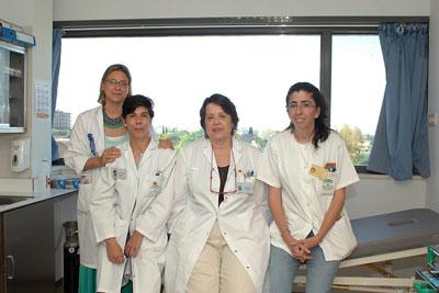 La doctora Barasona, primera por la derecha, junto a la responsable de Alergia y otras especialistas