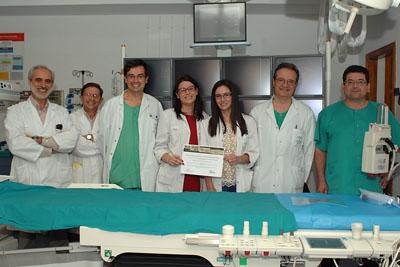 Neurorradiólgos del hospital muestran uno de los premios obtenidos