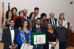 Los galardonados, junto a la consejera y otros responsables sanitarios en la entrega de los premios periodísticos Luis Portero