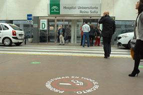 Una señalización en el suelo recuerda la prohibición de fumar