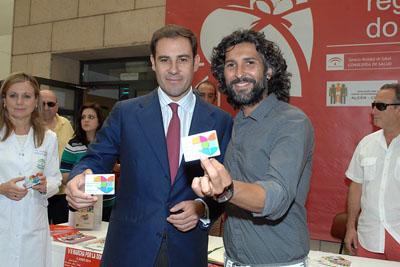 El torero Miguel Baez 'El Litri' y Arcángel muestran su tarjeta de donante