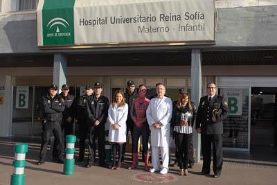 Los niños ingresados han recibido hoy la visita de la Policía Nacional acompañada de Spiderman