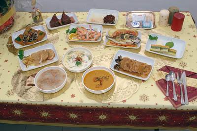 Mesa con los menús navideños para los pacientes hospitalizados