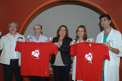 La delegada, en el centro, junto a responsables sanitarios y vecinales muestran su apoyo a la donación