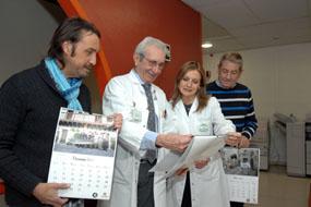 La gerente del hospital observa el calendario con el doctor Aljama y los impulsores del proyecto
