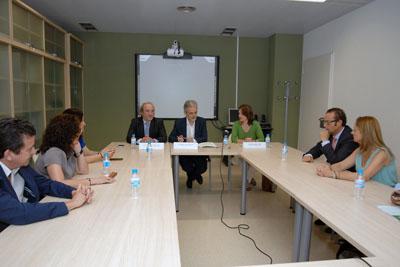Reunión de responsables sanitarios durante la firma del convenio