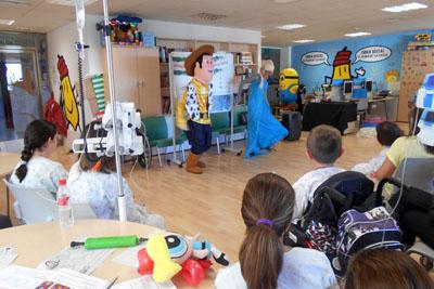 Buddy y Elsa animan a los niños ingresados en el hospital