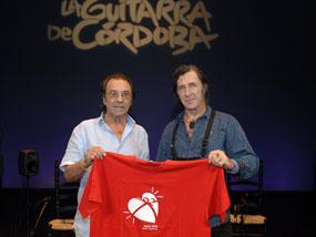 Pepe Habichuela y Jorge Pardo muestran la camiseta de apoyo a la donación