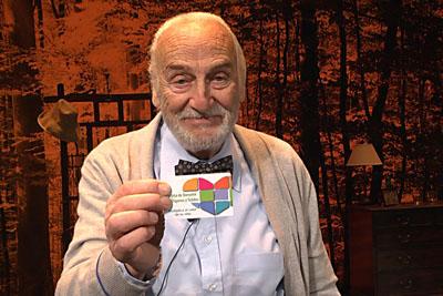 Héctor Alterio muestra en el Gran Teatro de Córdoba su tarjeta de donante de órganos y tejidos