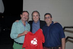 Joan Manuel Serrat, en el centro, acompañado por el coordinador de trasplantes Bibián Ortega y el subdirector médico Mariano Ledesma