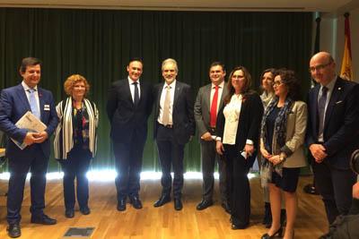 El rector de la UCO y el consejero de Salud, en el centro, rodeados de responsables políticos y sanitarios en el encuentro de enfermedades raras