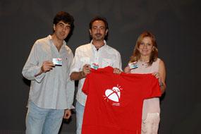 El guitarrista, en el centro, compañado por el coordinador de trasplantes y la gerente del hospital