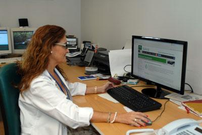 Una profesional consultado la votación del lema en la página web