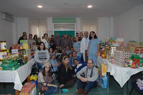 Pacientes y profesionales de Salud Mental muestran los alimentos de su cesta de Navidad