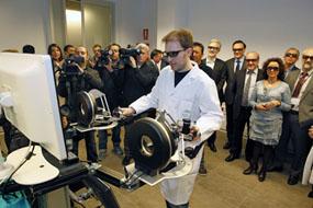 El ingeniero muestra el funcionamiento del nuevo robot a responsables de las instituciones implicadas