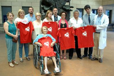 Paciente y profesionales delebran el hito junto al monumento al donante