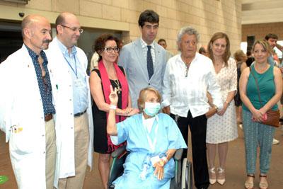 María del Carmen Manzorro, arropada por responsables sanitarios en el Hospital Reina Sofía
