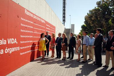 Autoridades escriben en el muro de libre expresión mensajes sobre la donación