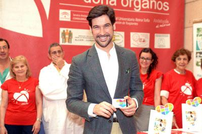 Manuel Lombo recibe su carné de donante en el Hospital Reina Sofía