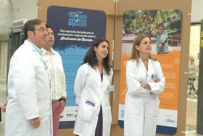 Responsables sanitarios y el padre de uno de los niños afectados visitan la muestra