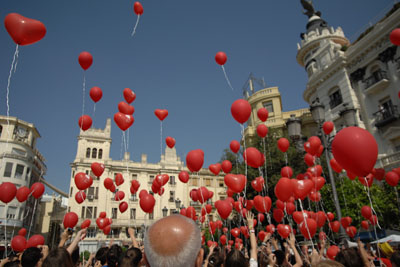 Globos pintan de rojo el cielo de Córdoba