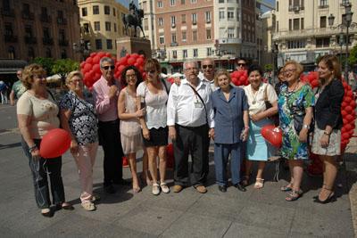 La Asociación de Mayores del hospital colaboró en la organización de la suelta de globos