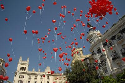 Lanzan al aire globos rojos para promover la donación de órganos