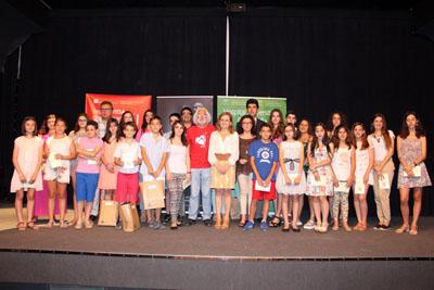 Alumnos que participan en el poemario junto a responsables del certamen