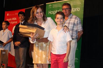 Marina Álvarez entregó su premio a uno de los alumnos ganadores
