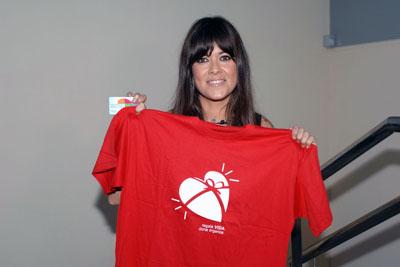 Vanesa Martín muestra la camiseta y el carnet de la donación de órganos