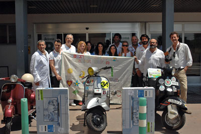 Responsables del hospital, de la AECC y moteros muestran la pancarta realizada por los niños del Hospital Reina Sofía
