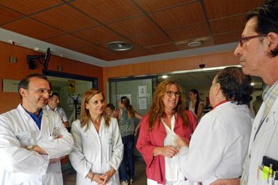La delegada, en el centro, conoce las Ugencias acompañada por responsables y directivos
