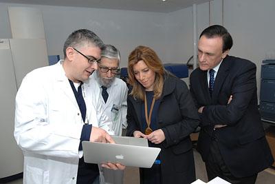 Uno de los investigadores muestra a la presidente la tecnología del instituto