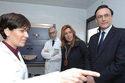 Susana Díaz en una de las salas de microscopios del IMIBIC