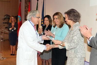 Su Majestad la Reina Doña Sofía entrega un reconocimiento a un profesional del hospital
