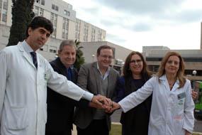 Responsables sanitarios, trasplantado y familiar de donante en el Hospital Reina Sofía