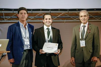 El cirujano maxilofacial Blas García, en el centro, tras recibir su reconocimiento